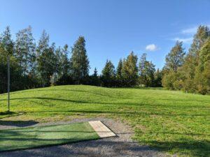 Tampereen Frisbeegolfkeskus Väylä 1 green ja range tiit